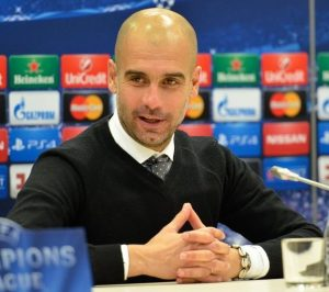 "Pep Guardiola bei einer Champions-League-Pressekonferenz im Jahr 2015 (Bogdan Zajaz, ""Pep Guardiola as a coach of Bayern Munich 2015"", CC BY-SA 3.0, https://commons.wikimedia.org/wiki/File:Pep_Guardiola_2015.jpg)"
